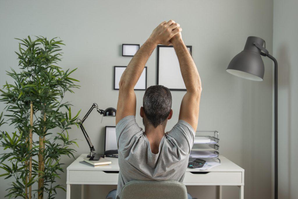 teletrabalho; o que é teletrabalho; home office; empregado trabalhando de casa; trabalhando em home office; alongando