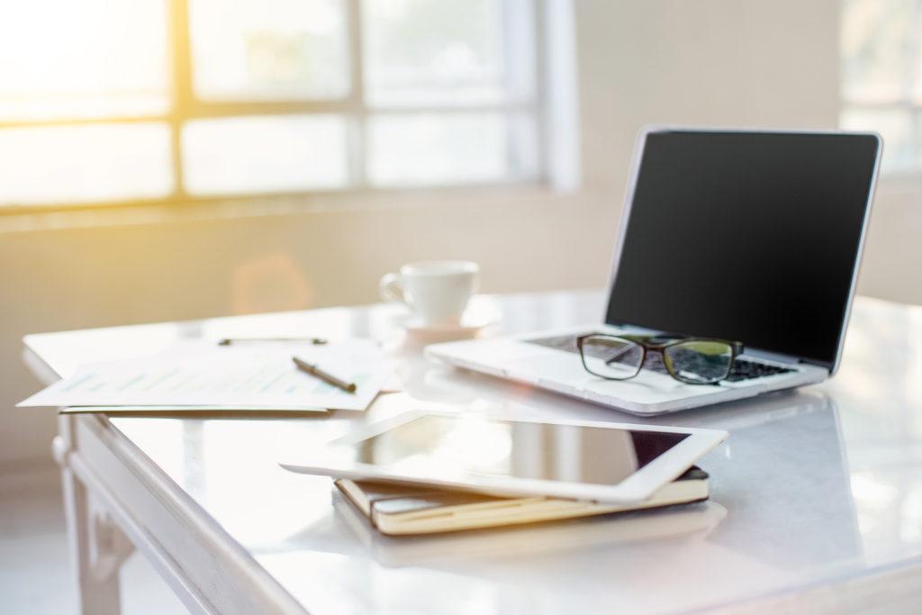 teletrabalho; home office; computador; mesa de trabalho